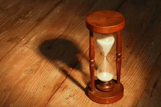 Image of sand running through an hour glass to represent an impending deadline.
